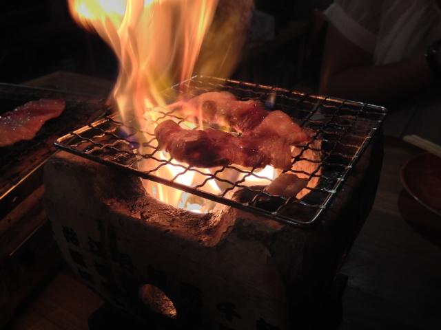 七輪の業火に包まれるショートリブ