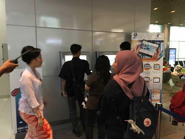 空港鉄道のチケット販売機に並ぶ人たち